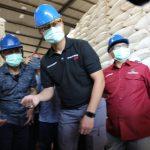 Menteri Sosial Juliari P. Batubara saat mengecek kondisi Gudang Bulog sebelum tersangka