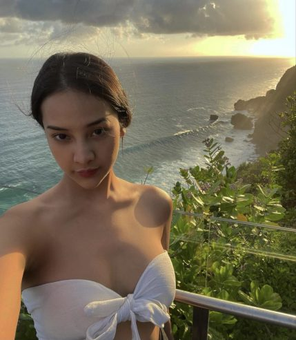 anya-geraldine-seksi-menggunakan-bra-putih
